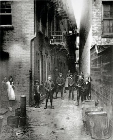 4c-Mullen's_Alley,_New_York,_by_Jacob_Riis